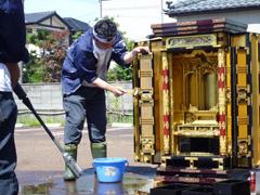 水害で被災したお仏壇の保管・水洗いを行っています。写真